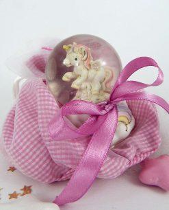 palla di vetro con unicorno su sacchetto a quadri