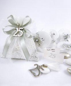 sacchettino bianco con fili argento ciondolo 25 con nappiina bianca e fiocchi argento