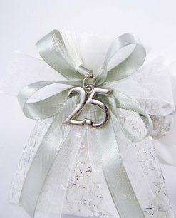 sacchettino bianco con fili argento fiocchi argento e ciondolo 25 con nappina
