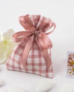 sacchettino portaconfetti a quadri rosa e bianchi confezionato con fiocco a 4