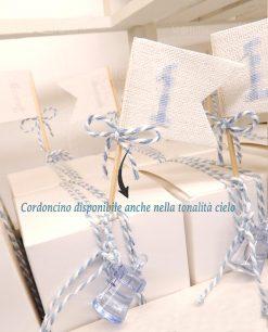 scatola cartoncino confezionata con cordoncino azzurro e bianco