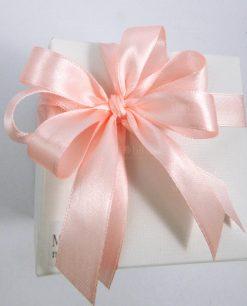scatola confezionata ad emozioni con doppi fiocchi rosa