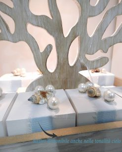 scatola confezionata con nastro azzurro conghiglie perle e albero della vita legno