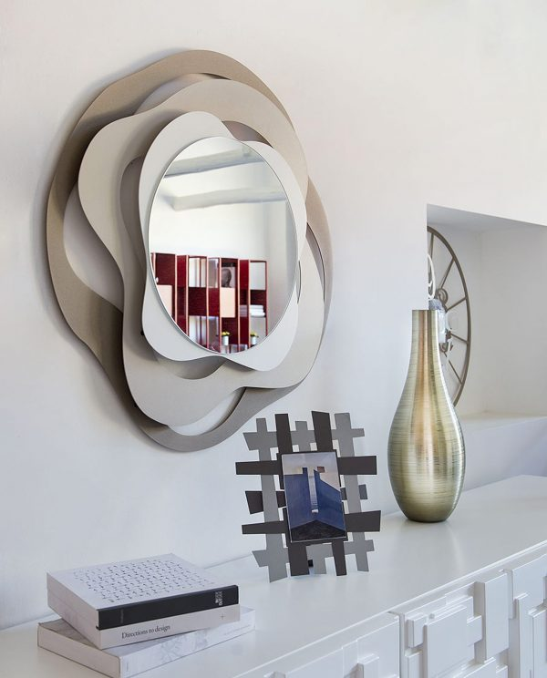 specchio isotta portafoto vaso oro consolle bianca ambientata