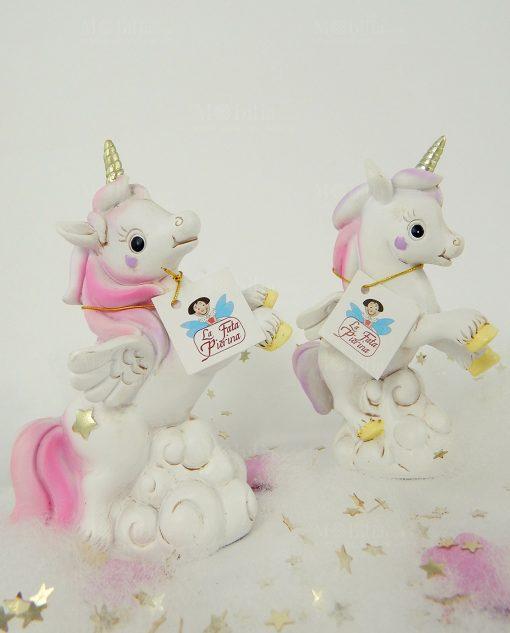 unicorno bianco e rosa con zoccoli gialli