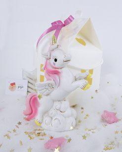 unicorno poggiato su nuvola bianca