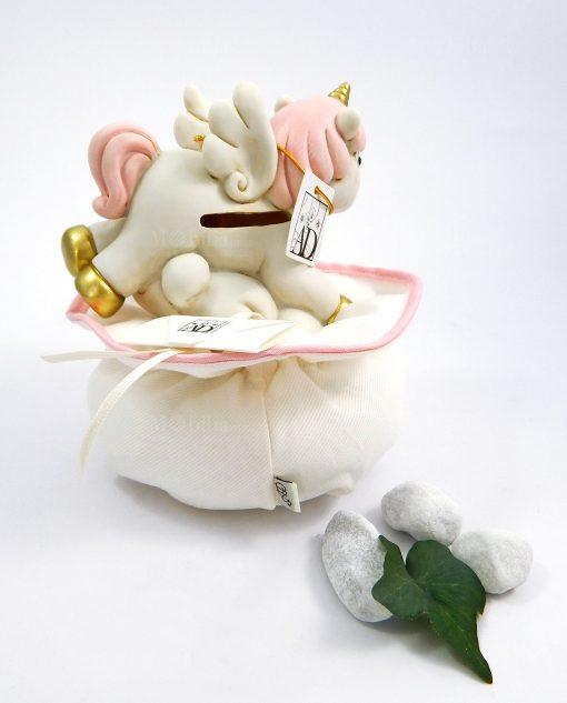 unicorno rosa salvadanaio porcellana su sacchetto puff bianco e rosa ad emozioni