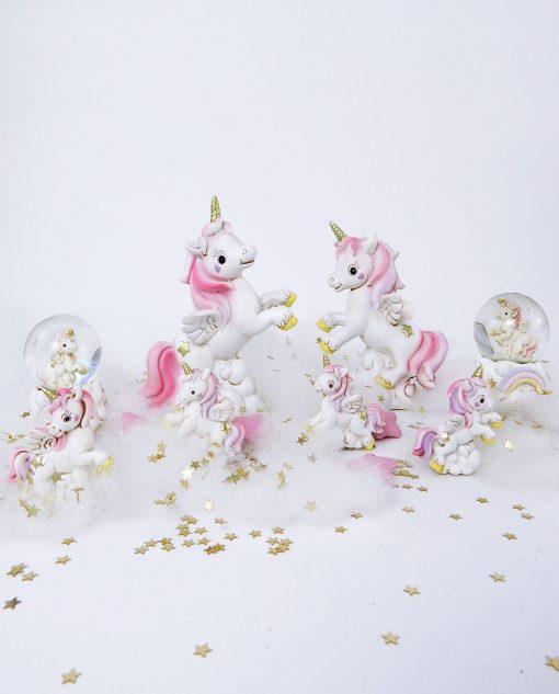 unicorno su nuvola rosa posizioni assortite