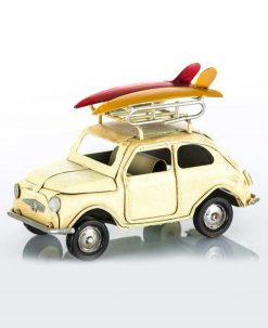 Auto vintage crema con bagagliaio con due surf