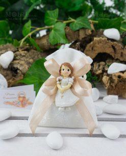 Calamita bimba con vestito e rosario su sacchetto portaconfetti