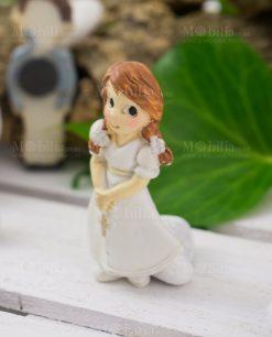 Dettaglio calamita bimba con vestito e rosario