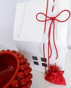 Dettaglio portavaso pigna ceramica rossa con scatola casetta e sacchetto