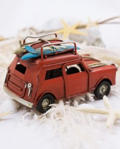Modellino macchina depoca Renault vintage rossa con tavole da surf