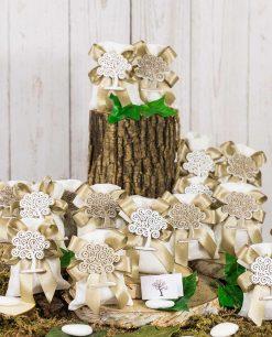 bomboniera ciondolo albero della vita legno e bianco su sacchetto bianco juta con fiocchi