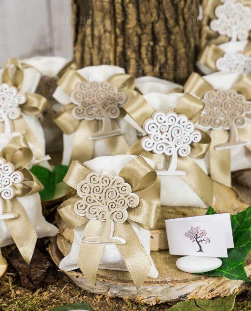 bomboniera ciondolo legno albero della vita su sacchetto juta bianco con fiocchi