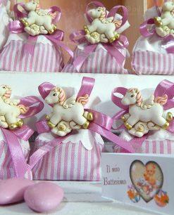 bomboniera magnete unicorno rosa su sacchetto a righe bianco e rosa