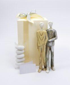 bomboniera scultura sposi lui e lui con scatola e nastri grigi