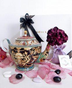 bomboniera teiera porcellana decorata nera e oro con fiore sacchettino e scatola baci milano