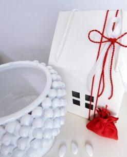 dettaglio bomboniera mezza pigna ceramica bianca con scatola casetta e sacchetto