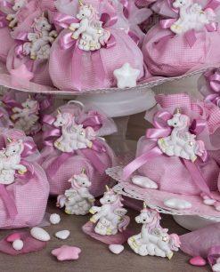 magnete unicorno rosa su sacchetto rosa a quadri e fiocco