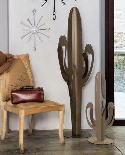 pianta cactus saguaro piccola e grande colore bronzo foto ambientata arti e mestieri