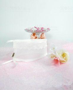 sacchetto puff bianco con pizza macramè con mazzetto fiori linea ombrellini ad emozioni