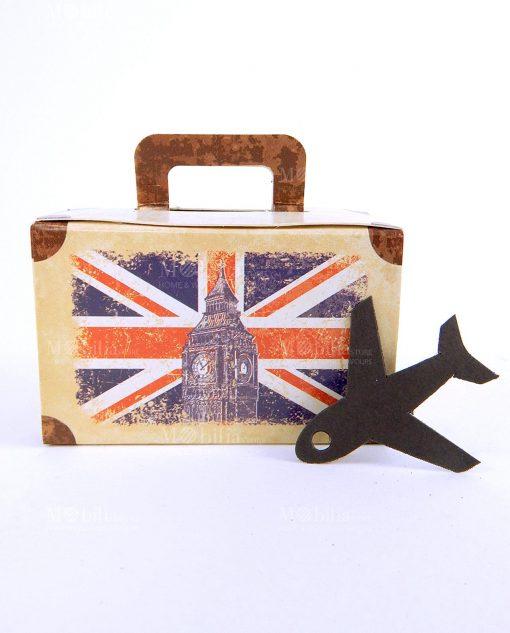 scatola cartoncino a valigia e disegno bandiera inghilterra