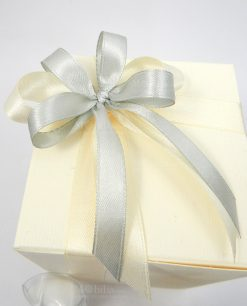 scatola cartoncino confezionata con nastro grigio e panna