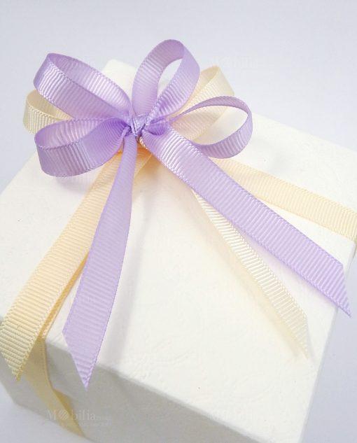 scatola confezionata con fiocchi grosgrain viola e panna