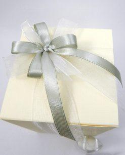 scatola confezionata con nastro grigio e organza bianca