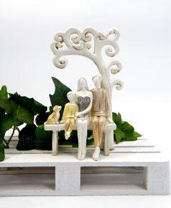 scultura famiglia con cane su panchina albero della vita