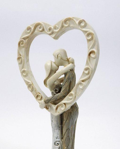 scultura sposini che si baciano con cuore