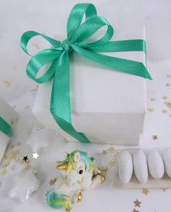unicorno azzurro e verde su scatola