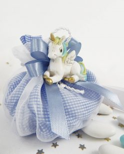unicorno azzurro su sacchetto a quadri bianco e azzurro
