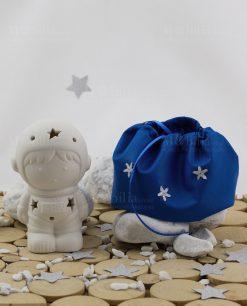 astronauta con led con sacchetto puff blu con stelline argentate linea space ad emozioni