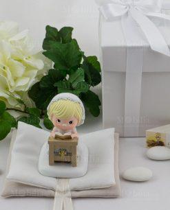 bimba con coroncina bianca con fiori su altare su sacchetto libro confezionato ad emozioni