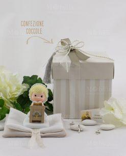 bimba con libro su altare con sacchetto libro e scatola a righe collezione coccole ad emozioni