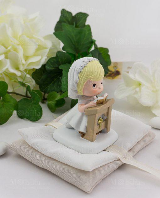 bimba su altare con coroncina bianca e vestito bianco con sacchetto confezionato ad emozioni