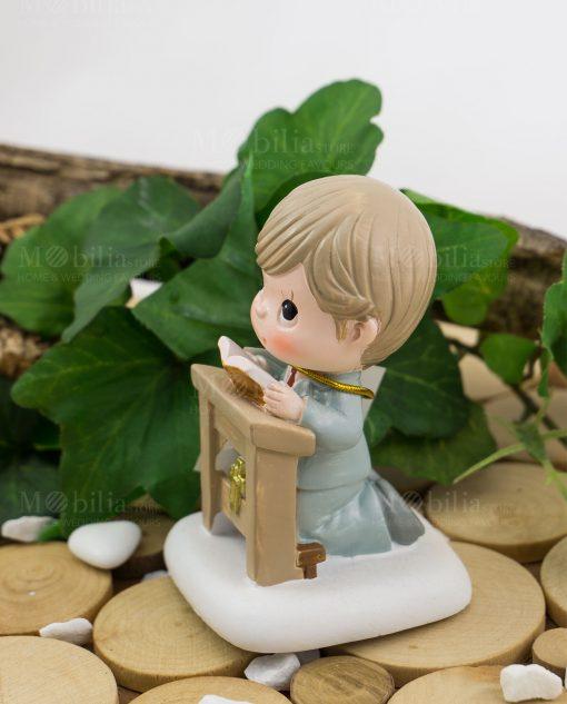 bimbo con libro che prega su altare ad emozioni