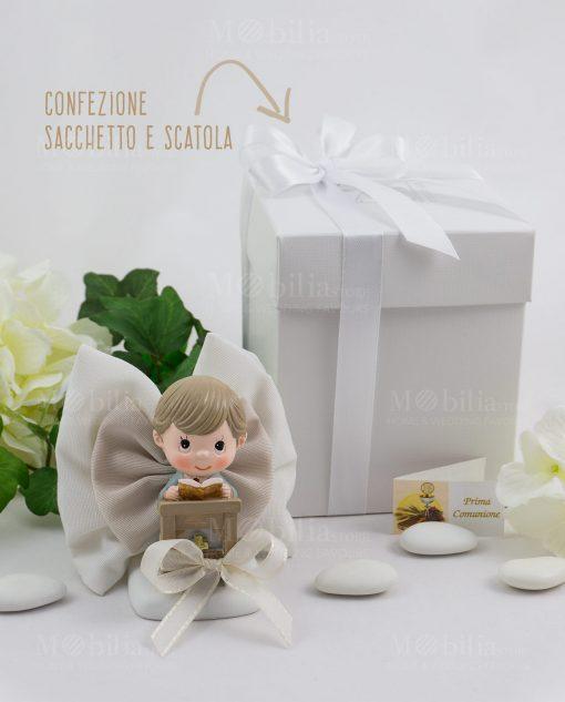 bimbo con libro su altare con sacchetto fiocco con scatola basic con nastro raso bianco ad emozioni