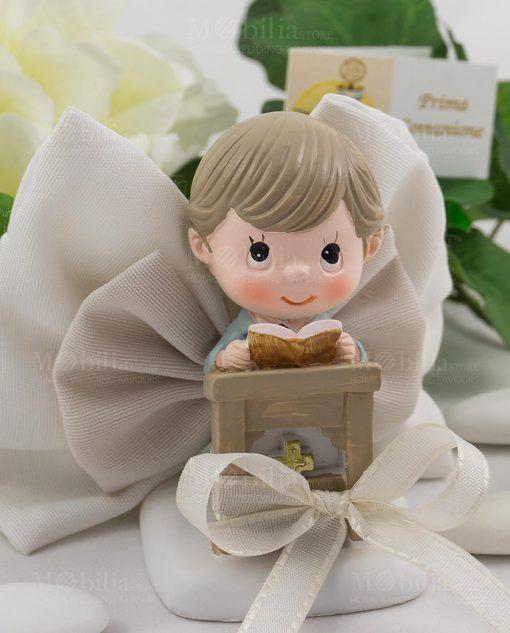 bimbo con libro su altare con sacchetto fiocco confezionato ad emozioni