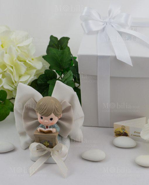 bimbo su altare con libro su sacchetto fiocco confezionato con scatola bianca con nastro raso bianco ad emozioni