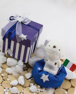 bomboniera astronauta con bandiera con led con sacchetto blu con scatola bianca e blu a righe fiocco con stellina argentata linea space ad emozioni