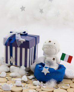bomboniera astronauta con bandiera con led con sacchetto blu con scatola bicolore bianca e blu a righe con doppio fiocco con stellina argentata linea space ad emozioni