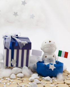 bomboniera astronauta con bandiera con led con sacchetto blu con scatola bicolore bianca e blu a righe fiocco con stellina argentata linea space ad emozioni