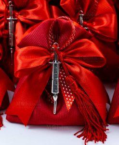 bomboniera ciondolo siringa microfusione placcato argento con nappina tabor su sacchettino rosso