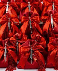 bomboniera ciondolo tabor microfusione siringa medicina su sacchettino rosso rigato