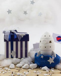 bomboniera missile con led con sacchetto blu con stelline con scatola bicolore bianca e blu a righe con doppio fiocco con stellina argentata linea space ad emozioni