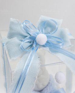 bomboniera orsetto piccola scatola trasparente con nastro sfrangiato azzurro con pallina di cotone linea coccole polari ad emozioni