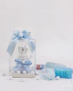 bomboniera orsetto piccolo con scatola trasparente con nastro azzurro e sacchetto con tulle con confetti azzurri linea coccole polari ad emozioni